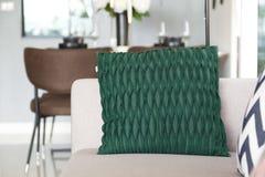 Sofa occasionnel avec des oreillers Images libres de droits