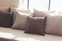 Sofa occasionnel avec des oreillers Photos stock