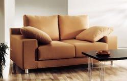 Sofa oder Couch im Wohnzimmer Lizenzfreies Stockbild