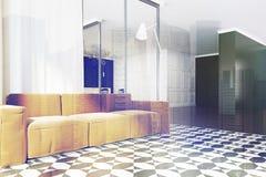 Sofa panoramique de jaune de coin de salon, modifié la tonalité Photographie stock libre de droits