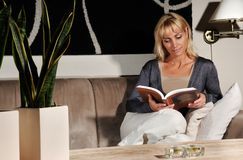 Sofa Reading Royalty Free Stock Photography