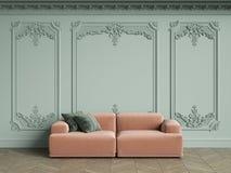 Sofa rose avec les oreillers verts dans l'intérieur classique de vintage avec l'espace de copie Image libre de droits