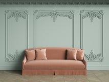Sofa rose dans l'intérieur classique de vintage avec l'espace de copie illustration de vecteur