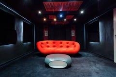 Sofa rouge dans le sous-sol photos libres de droits