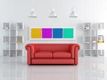 Sofa rouge de leathe dans une salle de séjour blanche Photographie stock libre de droits