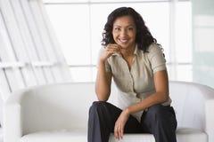 sofa se reposant d'entrée de femme d'affaires Photographie stock libre de droits