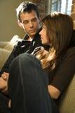 sofa se reposant de couples Image stock
