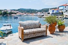 Sofa sur le bord de mer Photos libres de droits