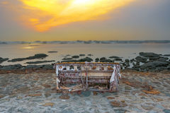 SOFA SUR LE RIVAGE Photos stock