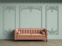 Sofa tufté rose dans l'intérieur classique de vintage avec l'espace de copie Photographie stock