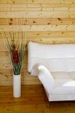 Sofa und ein Vase auf dem Fußboden Lizenzfreies Stockbild