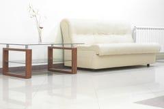 Sofa- und Glastabelle Stockfotos