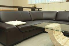 Sofa und Kaffeetisch Stockbild
