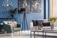 Sofa und Lehnsessel im Innenraum Lizenzfreie Stockfotos