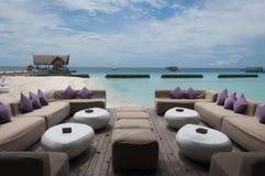 Sofa und Meer lizenzfreie stockfotos