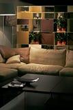 Sofa und Regal Stockbild