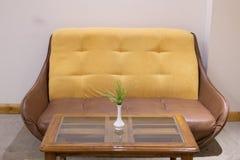 Sofa und Tabelle lizenzfreies stockbild