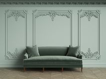 Sofa vert dans l'intérieur classique de vintage avec l'espace de copie Images libres de droits
