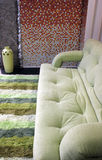 Sofa vert génial dans une salle de séjour moderne Photo libre de droits