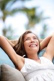 Sofa Woman que se relaja disfrutando de forma de vida en lujo Imagenes de archivo