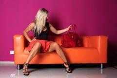 sofakvinna i korrekt läge Royaltyfri Fotografi