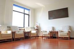 Sofamöblemanginredning i ett rum Arkivbild