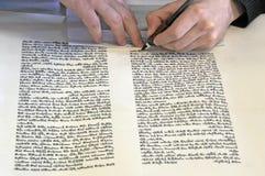 Sofer που γράφει ένα sefer Torah στα εβραϊκά στοκ εικόνα με δικαίωμα ελεύθερης χρήσης