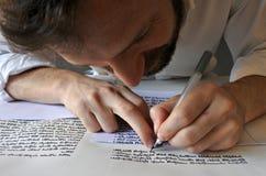 Sofer escreve um sefer Torah Fotografia de Stock