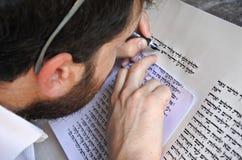 Sofer schreibt ein sefer Torah Stockfotos