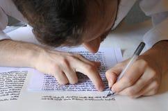 Sofer scrive un sefer Torah Immagini Stock Libere da Diritti
