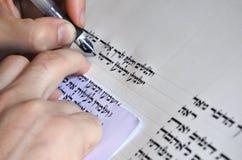 Sofer skriver en sefer Torah Arkivbild
