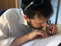 Sofer skriver en sefer Torah Fotografering för Bildbyråer