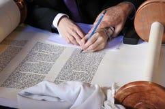 Sofer som avslutar de sista bokstäverna av sefer Torah Arkivfoton