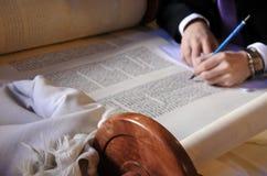 Sofer som avslutar de sista bokstäverna av sefer Torah Arkivfoto