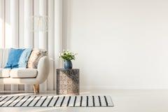 Soffa bredvid den tomma väggen arkivfoto