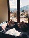 Soffa bredvid ett fönster Arkivbilder