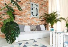 Soffa bredvid väggen arkivbild