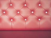 Soffa för läder för tappningbakgrund röd med knappen Royaltyfri Foto