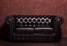 Soffa för läder för mörk brunt för tappning gammal arkivbild