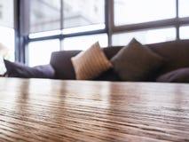 Soffa för tabellöverkant och kuddehemmiljögarnering Royaltyfri Bild