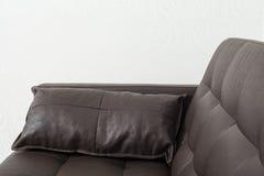 Soffa för klassikerbruntläder med kudden Arkivbilder