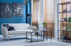 Soffa i blå vardagsrum arkivbilder