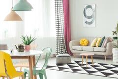 Soffa i hemtrevlig lägenhetinre royaltyfri foto