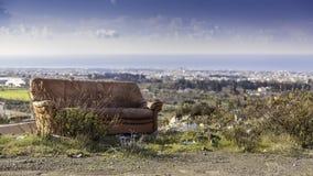 Soffa i landskap arkivfoto