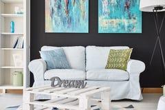 Soffa i rummet royaltyfria bilder
