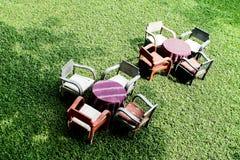 Soffa i trädgården Arkivbild