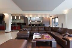 Soffa i vardagsrum arkivbilder