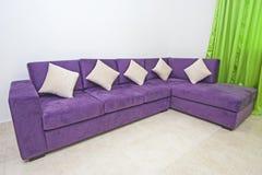 Soffa i vardagsrum av den lyxiga lägenheten Royaltyfria Foton