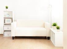 Soffa i vardagsrummet royaltyfri fotografi