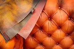 Soffa med exempel av läderbeläggningar arkivfoton